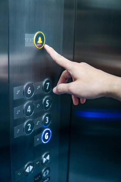 Bloqué dans un ascenseur ? Découvrez ici comment en sortir !